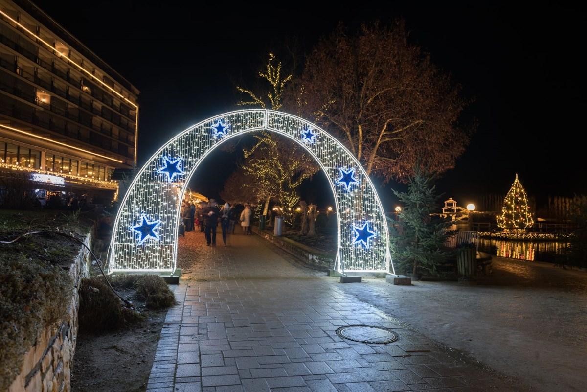 Weihnachtsmarkt mit stimmungsvoller Weihnachtsbeleuchtung