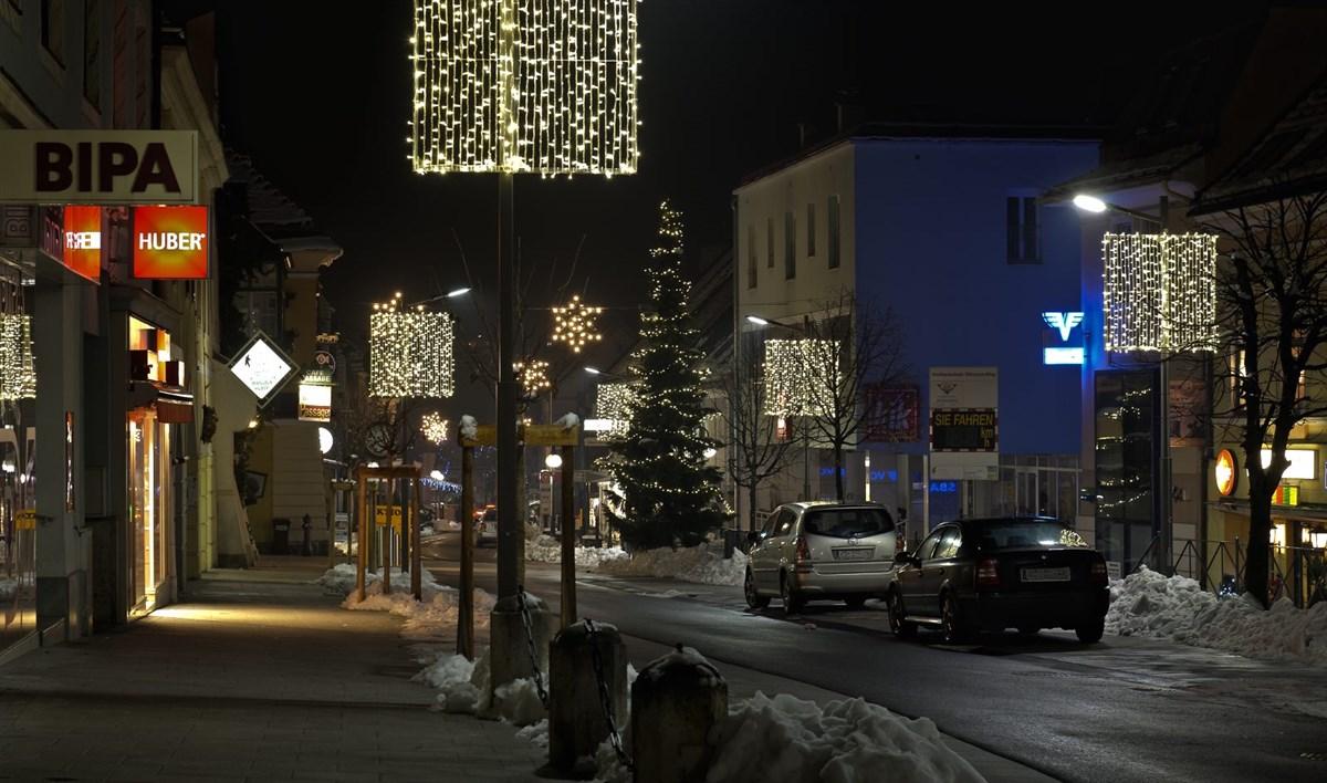 Laternen dekorieren stilvoll die Straßen der Gemeinde zu Weihnachten