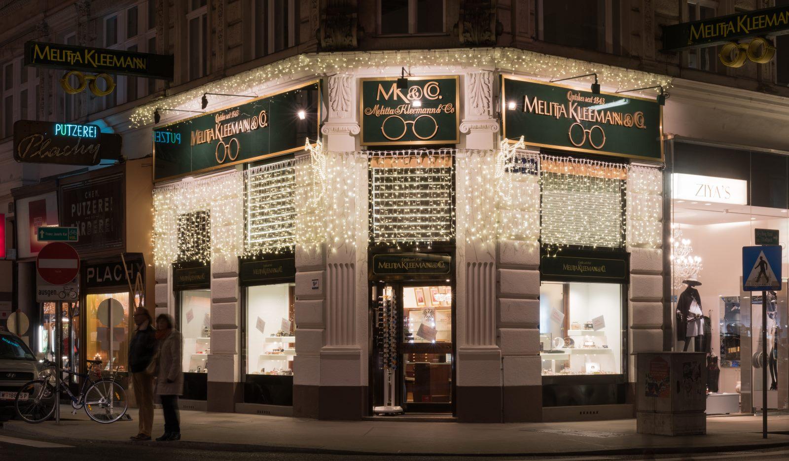 Außergewöhnliche Weihnachtsbeleuchtung.Weihnachten Zur Sommerzeit Im Geschäft