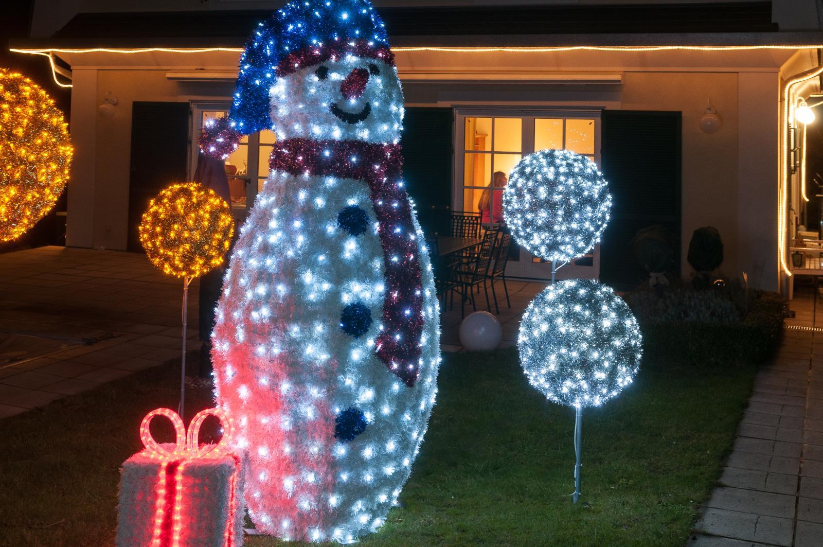 Außergewöhnliche Weihnachtsbeleuchtung.Außergewöhnliche Weihnachtsfiguren