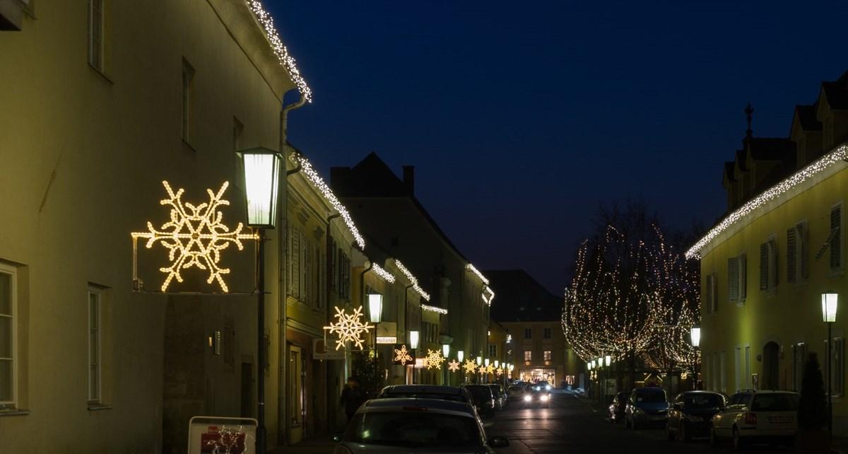 Straßenlaternen perfekt geschmückt mit Weihnachtsbeleuchtung von Leso
