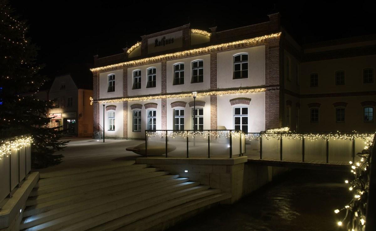 Stilvolle Weihnachtsbeleuchtung für den kompletten Hauptplatz