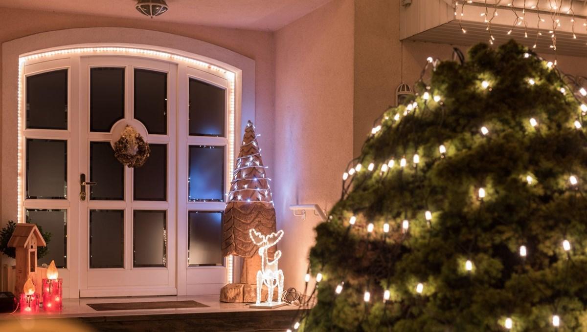 Weihnachtsfiguren am Eingang laden ein zu einem glanzvollen Fest
