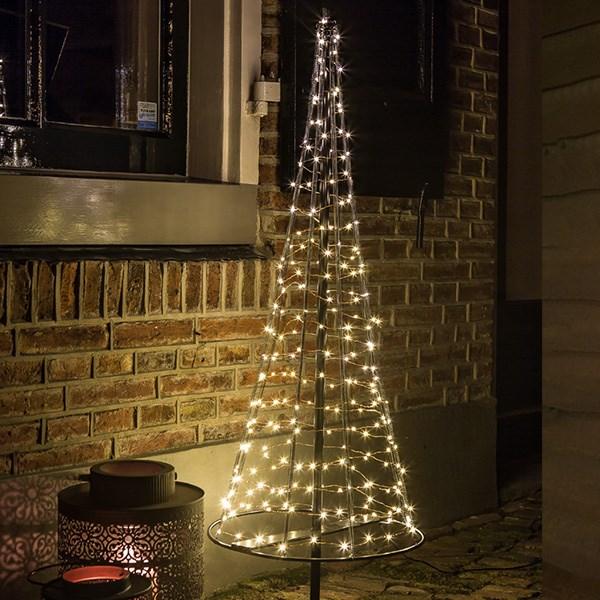 weihnachtstrends-2021-weihnachtsbeleuchtung-minimalismus-wohnzimmer-lichterketten-baumjpg