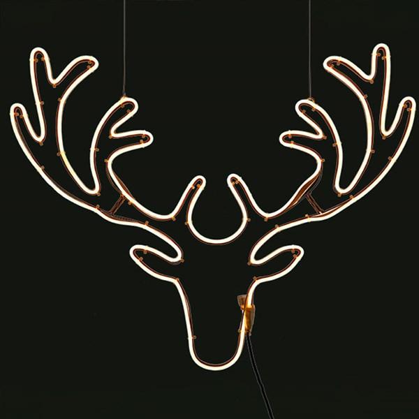 weihnachtstrends-2021-weihnachtsbeleuchtung-minimalismus-wohnzimmer-neonflex-rentier
